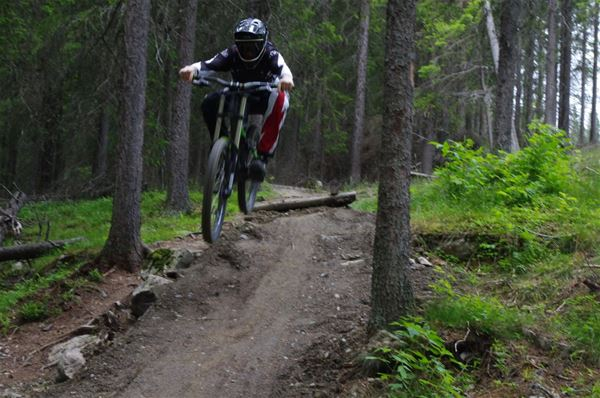 © Copy: Gustavsbergsbacken, Cyklist i downhillbana