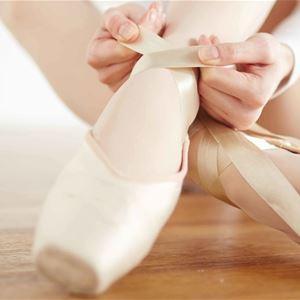 © arktisk filharmoni, a ballet dancer tie her ballet shoes