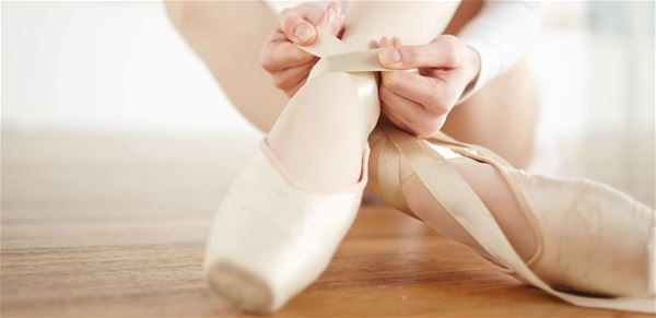 © arktisk filharmoni, en ballet danser knyter skoene sine