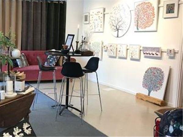 Utställning av akrylmålningar