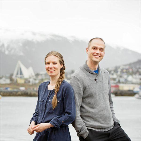 © Sadio Nor Teater SA, To skuespillere fra Sadio Nor Teater med Tromsdalen og Ishavskatedralen i bakgrunnen