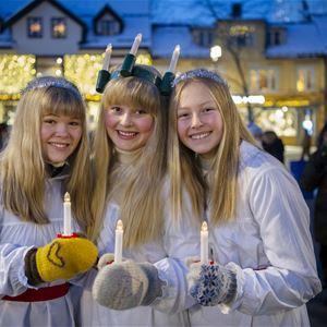 IA Mæhlum,  © Sadio Nor Teater SA, Tre jenter kledd i Luciakostyme