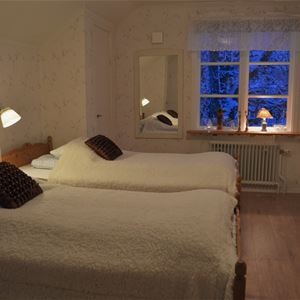 Sovrum med två sängar.