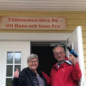 Värdparet Karin och Hans står i entrédörren.