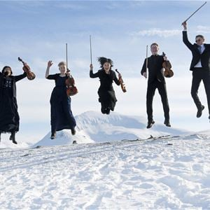 Rune Stoltz Bertinussen,  © Arktisk Filharmoni, Five happy musicians with imusical nstruments jumping in the snow