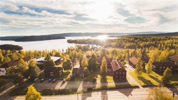Flygfoto över Stora Brunnsvik med sjön intill.