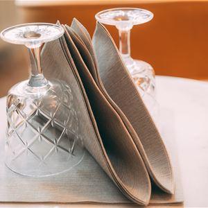 Dukat bord med vinglas och servetter.