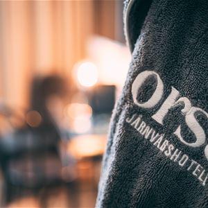Detalj på handduk med logo.