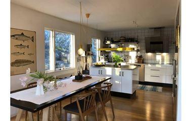Uppsala - Rymlig villa med trädgård nära Oringen - 7512