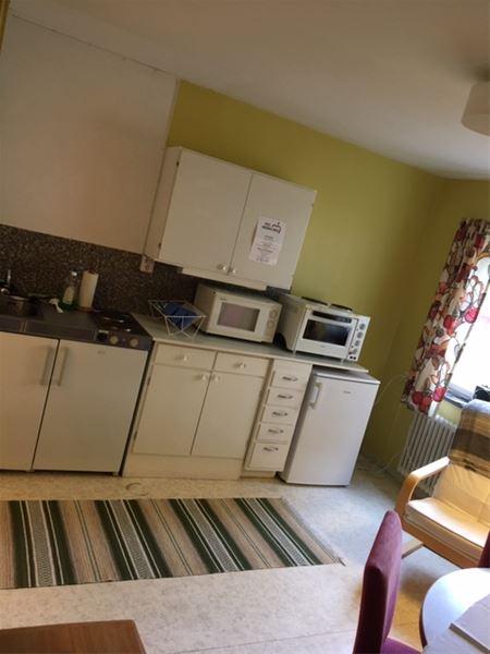 Kök med mikrovågsugn och ugn med två kokplattor.
