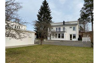 UPPSALA - Lyxig villa i två plan om totalt 210 kvm. Perfekt läge med absolut närhet till O-ringen.  - 7983
