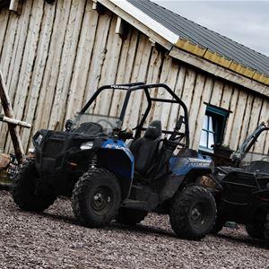 Två fyrhjulingar på parkeringen.