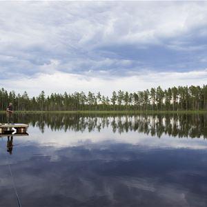 Sjö med en liten flotte på sjön.