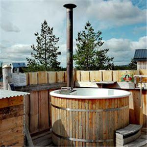 Vedeldad badtunna på terass.