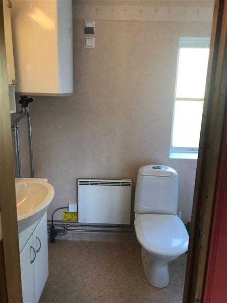 Toalett och handfat i vitt porslin.