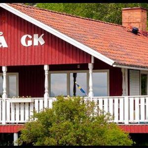 Snöå Golfklubbs byggnad med stor vit veranda.