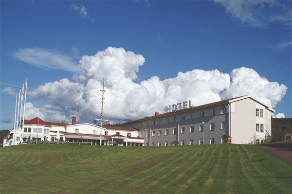 Hotellet med blå himmel i bakgrunden