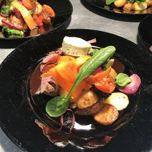 Mattallrikar med grönsaker, kött och rotfrukter.