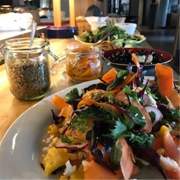 Buffébord med bland annat grönsaker och oliver.