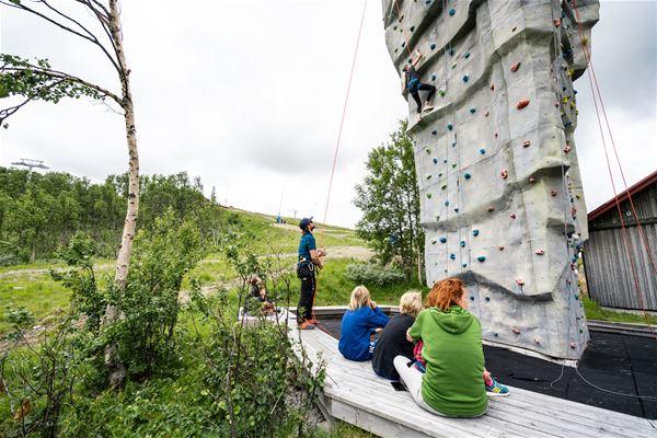 Emrik Jansson, Barnfamilj klättrar i Tänndalen