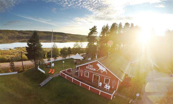 Flygbild över Idre Stugor i sommarmiljö.
