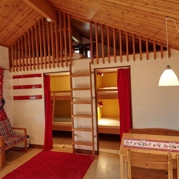 Två sovrum samt ett sovloft.