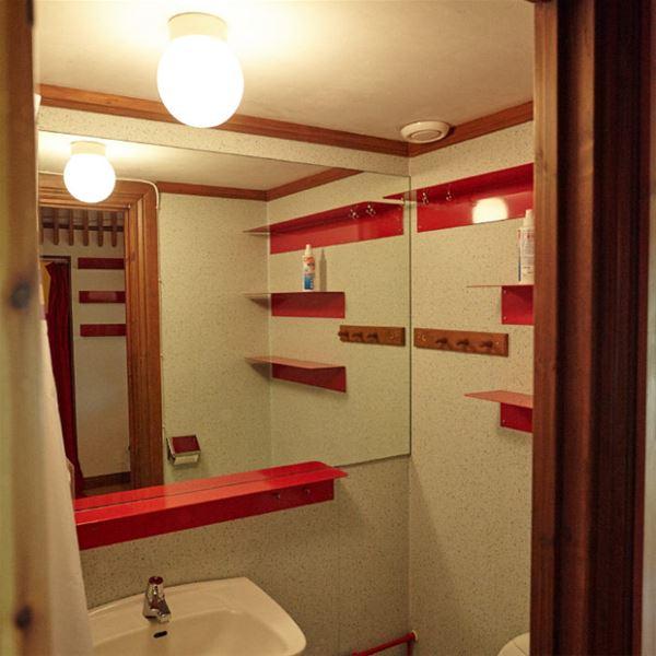 Badrum med dusch, handfat och toa.
