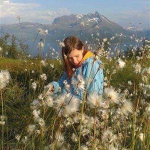 © Dyrøy Holiday, Jente sitter i bomullsgresset