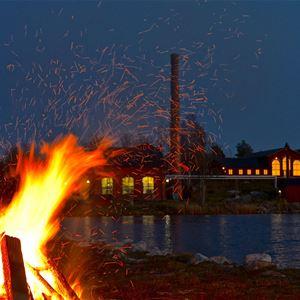 Elden brinner på destilleriet
