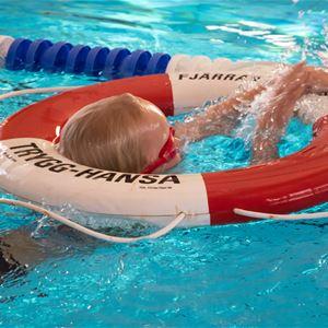 Svenska Livräddningssällskapet testar dina simkunskaper under hela höstlovet!