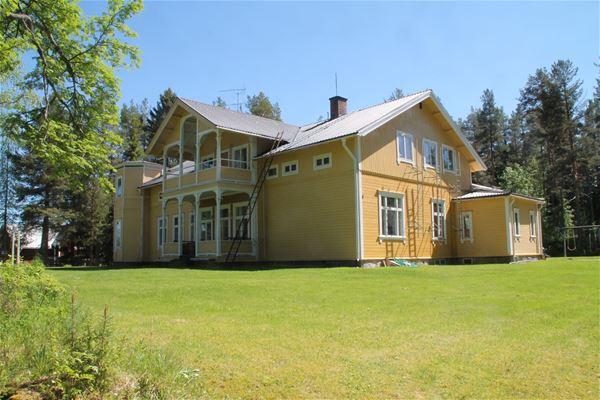 Hela byggnaden med gulmålad fasad.