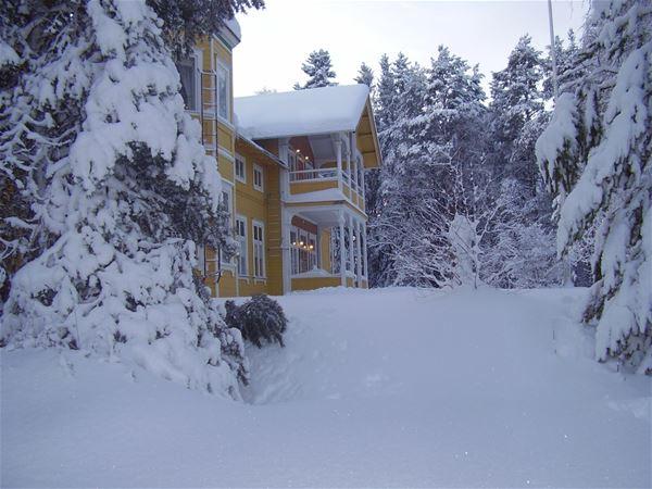 Mycket snö på gården vid turistgården.