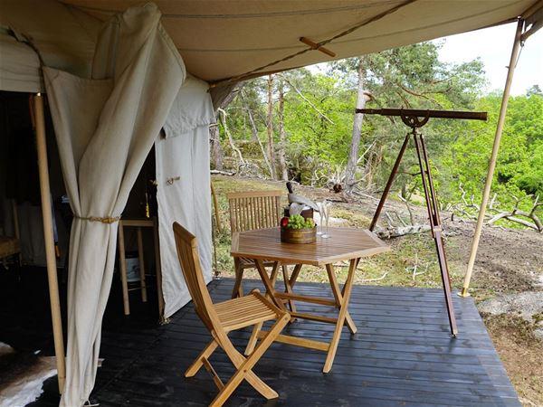 Uteplats med kikare, två stolar och ett bord