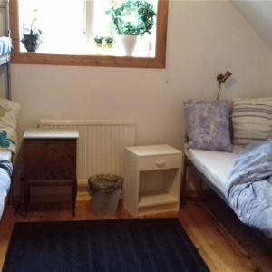 Sovrum med enkelsäng och våningssäng