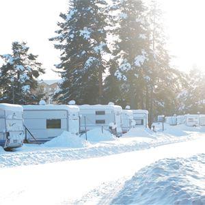 En vin vinterdag med snö på husvagnarna.