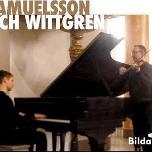 En man som spelar piano och en man som spelar fiol.