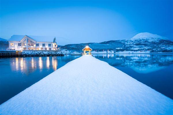 © Senja Fjordhotell, Senja Fjordhotell i arktiske omgivelser