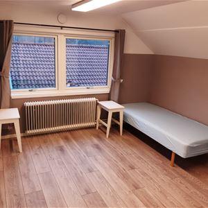 Rum med två enkelsängar.