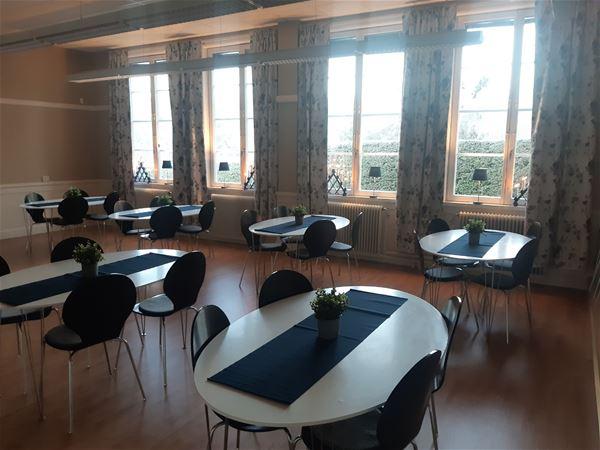 Bord och stolar i matsalen.