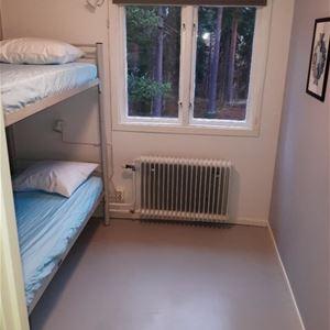 Dubbelrum med våningssäng.