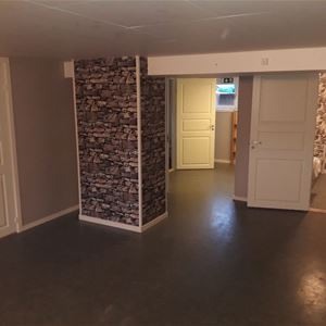 Hall nere i källaren med flera rum.