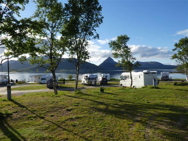 © Fjordbotn Camping, Campingplass med utsikt over hav og fjell