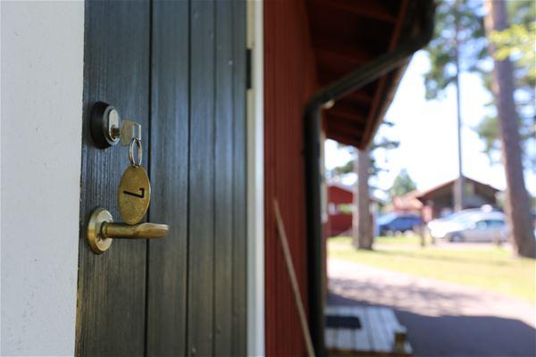 Stugdörr med nyckel.