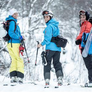 Tre skidåkare i slalombacken.