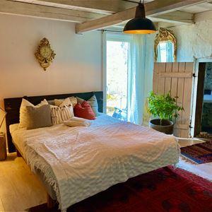 Säng med vita sängkläder.