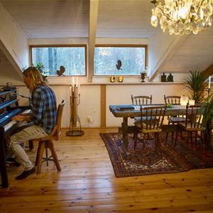 Man spelar piano.