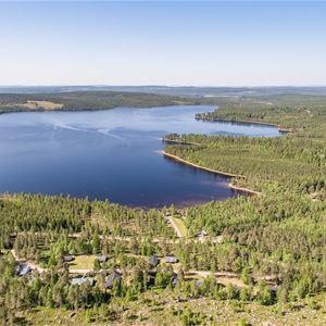 Flygbild över Tyngsjö vildmark och sjön.