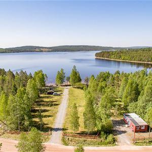 Flygbild över Tyngsjö vildmark och väg som leder till sjön.