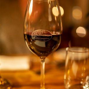 Ett glas med rödvin.