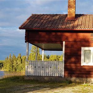 Litet hus vid sjön.